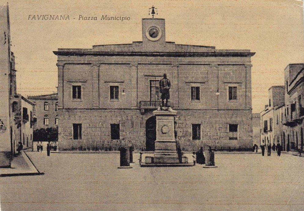 Piazza Europa, la piazza del municipio di Favignana