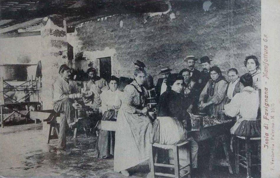 Operai e operaie dello stabilimento Florio a Favignana, primi '900